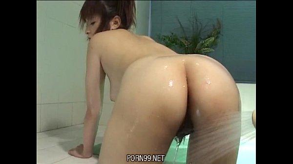 【日本A片】第一次給男生洗澡,我好飢渴