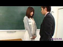 【A片直播】女學生還沒脫就被老師強壓桌上