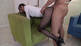 [日本A片] 黑絲襪美女OL被幹得淫水直流